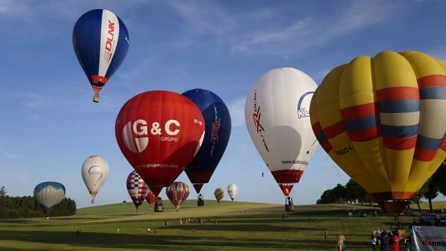 Srpen ve znamení akrobacie, balónů a historie