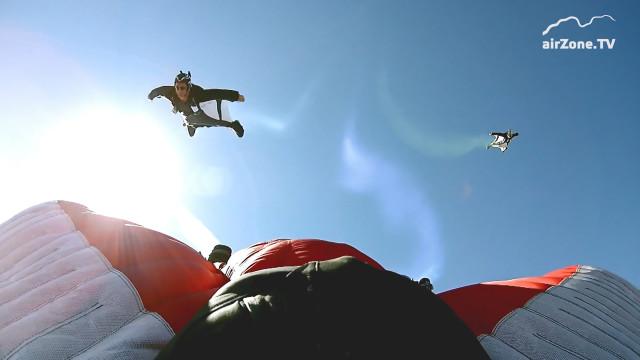 Skicross nebo snowboardcross je nuda. Přichází wingsuitcross!