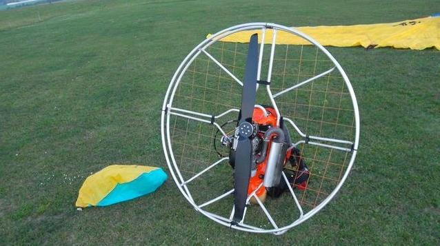 Motorový paraglidista způsobil zmatek – zbytečně!