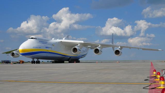 Antonov An-225 Mrija pro 117 tun těžký náklad v Praze