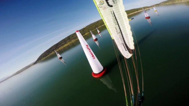 Probíhá mistrovství Evropy v paramotorových slalomech