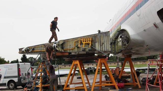 """Povedlo se! Tým Velkého přeletu zvládl nejtěžší část demontáže letounu """"Naganského expresu"""" TU-154M"""
