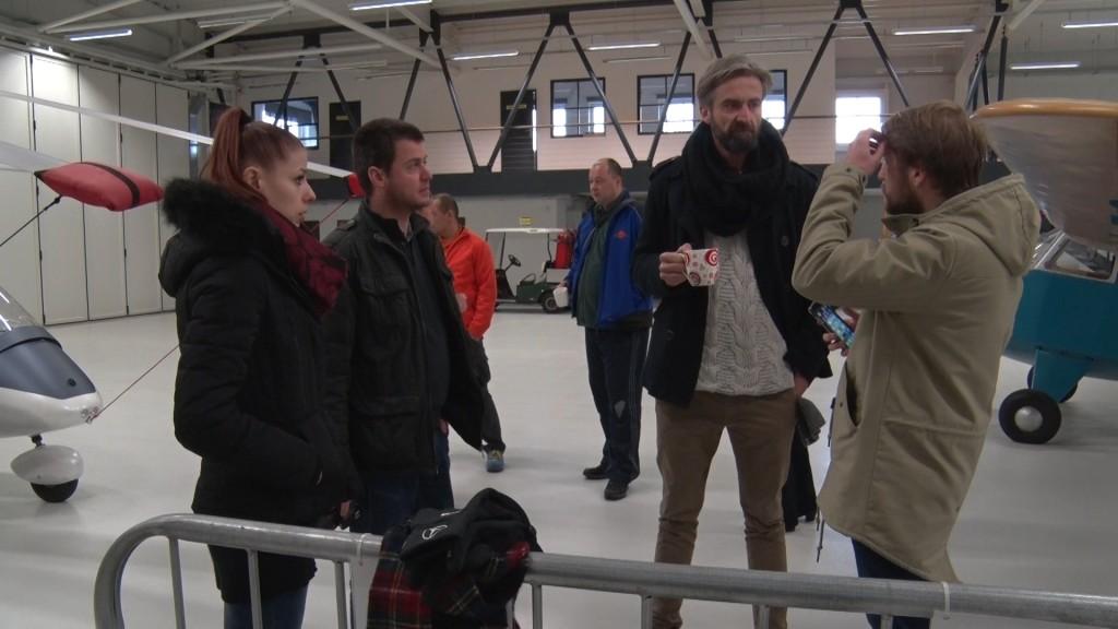 Roman Zach, Andrea Třeštíková a malý štáb ze StarDance v hangáru letiště Točná