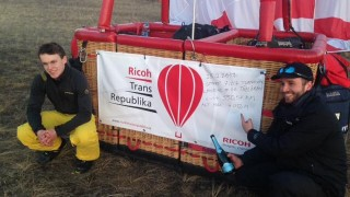 Piloti Suchý a Kostrhun uletěli v balónu za 10 hodin 550 kilometrů (aktualizováno o rozhovory)