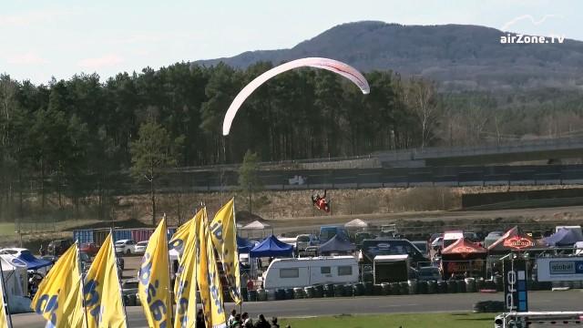 VIDEO: Paraglidista Mayer přistál před 7000 lidí na autodromu v Sosnové