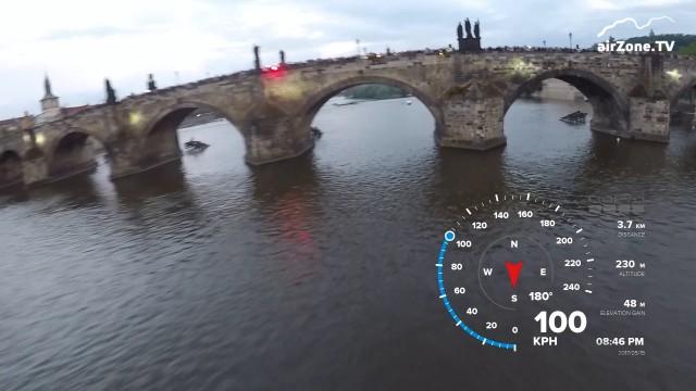 VIDEO: Parašutista Rahbani opět podletěl Karlův most