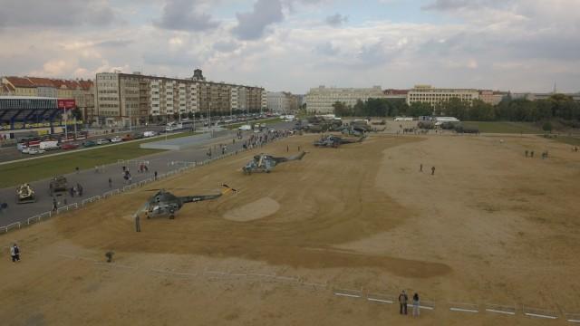 Čtyři vojenské vrtulníky přilétly na Letnou (+ video)