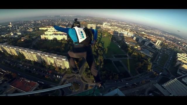 Basejumpeři tajně seskočili z pražského mrakodrapu (+ VIDEO)