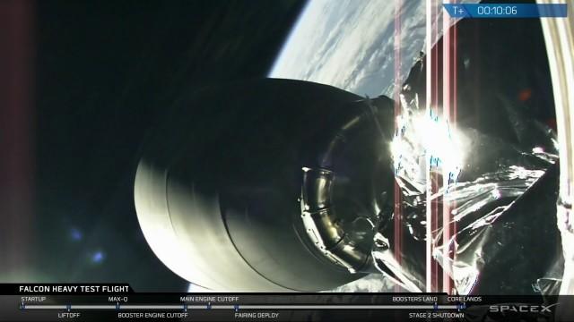 VIDEO: Raketa Falcon Heavy odstartovala k prvnímu testovacímu letu