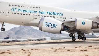 Motory GE9X nabité novými technologiemi poprvé vzlétly na letounu Boeing 747