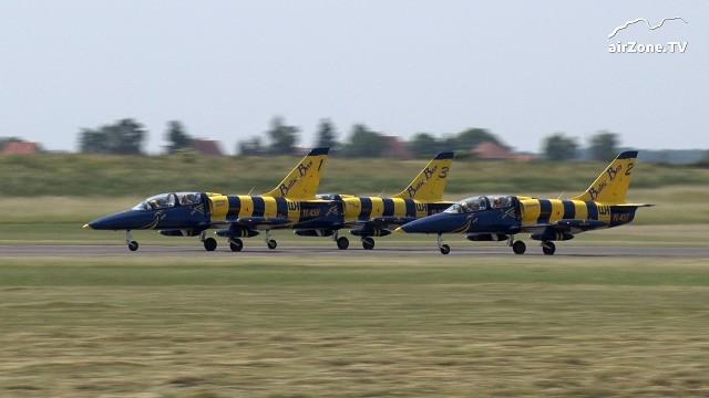 """VIDEO: Šestice L-39 Albatros """"Baltic Bees"""" přistála ve Vodochodech"""