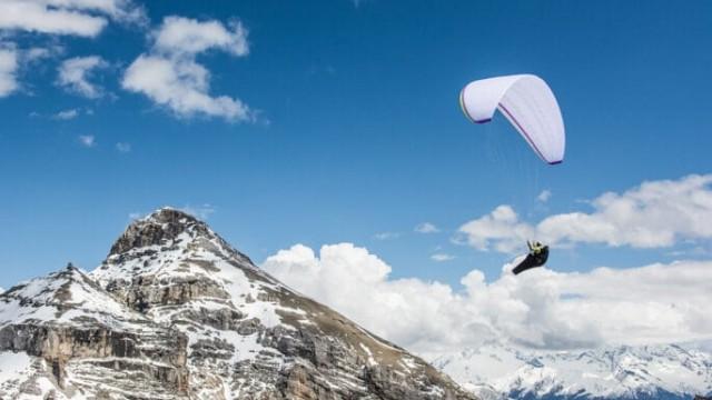 X-Pyr 2018: Čtyřicet paraglidistů se vydalo napříč Pyrenejemi. Mayer i Koreň jsou vpředu