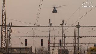 Vrtulník Mi-8T v akci: Demontáž sloupů trakčního vedení