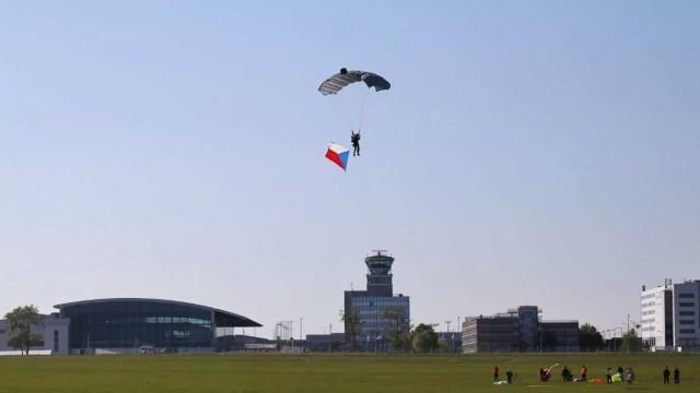Parašutisté seskočili po 65 letech na ruzyňské letiště