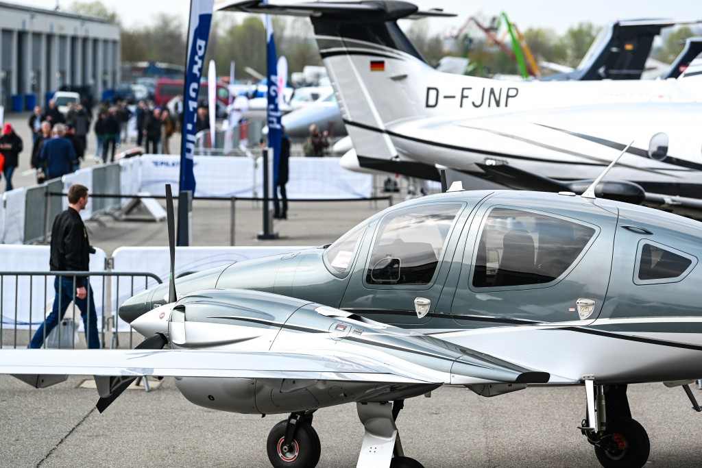Static Display: Diamond DA62, zweimotoriges Flugzeug des Flugzeugherstellers Diamond Aircraft.
